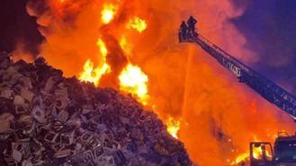 Enorme incendio de miles de lavadoras en una chatarrería de Leganés