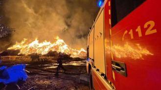 El incendio de la fábrica provocado por un rayo en Sanse arderá al menos 5 días