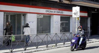 Concentración contra el cierre de la oficina de empleo de Villaverde