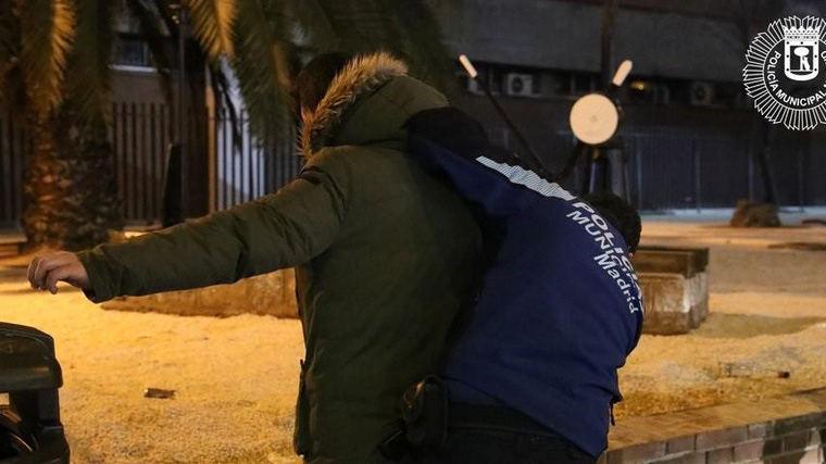 Detenidos cinco jóvenes en una fiesta en un piso de Carabanchel por agredir a 6 agentes
