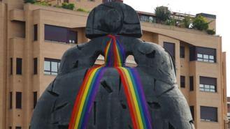 El Ayuntamiento coloca la bandera arcoíris en la escultura de La Menina