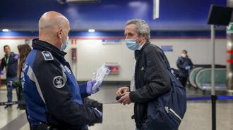 Garrido asegura que el reparto de mascarillas solo llega al 20% de las estaciones de Metro