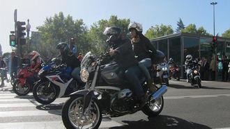 El Gobierno permite circular a dos personas en la misma moto desde hoy