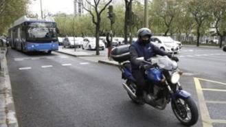 Las motos no podrán circular por el carril bus de la Castellana desde este domingo