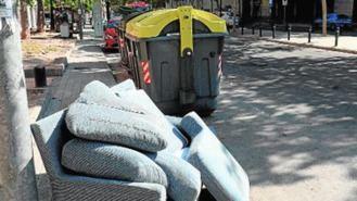 Multas de entre 1.500 y 3.000 € por abandonar muebles y dañar árboles o plantas