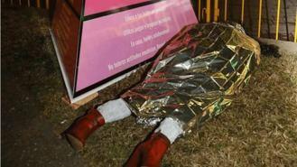 Insultos a la alcaldesa por colocar un maniquí que simula una mujer asesinada