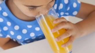 ¿Es malo que los niños pequeños consuman zumos de frutas?