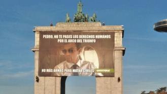 Greenpeace cuelga una pancarta en Moncloa para que Sánchez no venda armas a Arabia Saudí