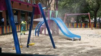 Continúa la desinfección de los parques infantiles que reabren desde el lunes