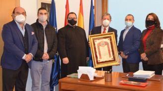 La comunidad rumana entrega al alcalde una distinción por el apoyo municipal