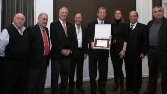 Los mayores del municipio premian 'la actitud' del regidor con su colectivo