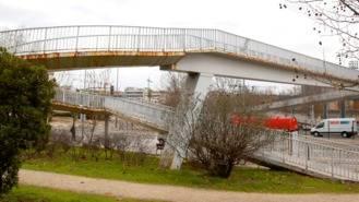 El Ayuntamiento demolerá la pasarela peatonal que atraviesa la Avda. de Barajas al José Caballero
