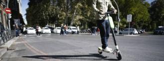 Tráfico prohibirá a los patinetes circular por las aceras y limitará su velocidad a 25 km/h