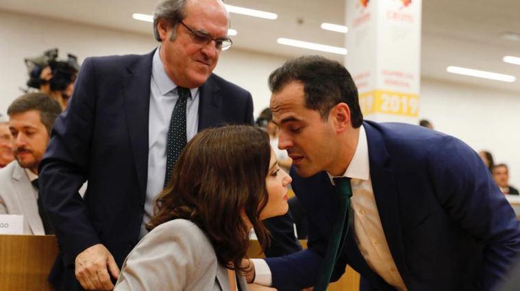 Aguado insiste en pactos con el PSOE tras la crisis y Ayuso rechaza 'pactar con el desastre'