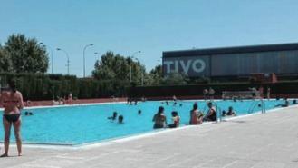 Detenido un hombre por 'tocar las nalgas' a dos mujerees en una piscina