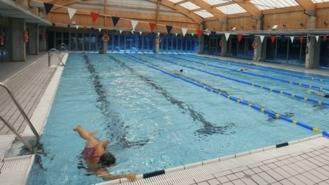 Clases prácticas para gestantes en la piscina del Centro Deportivo Isla