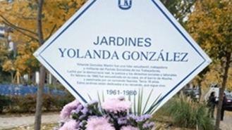 Los vecinos limpian la esvástica pintada en la placa conmemorativa de Yolanda González