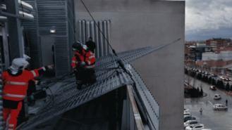 El viento provoca el desprendimiento de una plancha de la fachada del Hospital