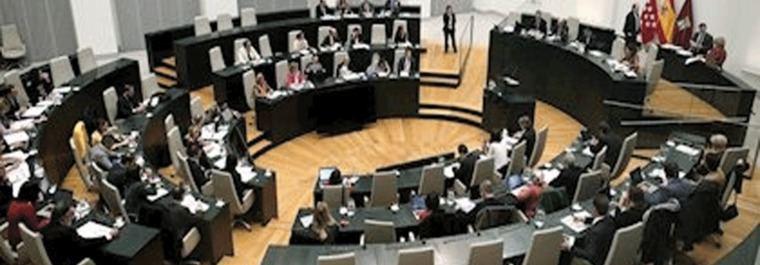 Madrid aprueba el pacto contra violencia machista y un aviso a Vox