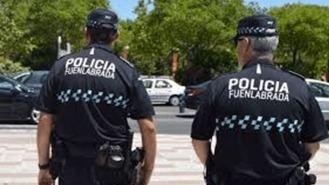 Un vecino entrega en la Oficina de la Policía los 1.700 euros que encontró en la calle