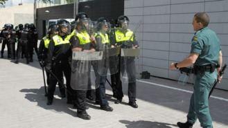 La Policía Local se entrena con cascos, escudos y chalecos de seguridad