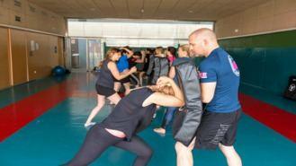 La Policía Municipal enseña a las mujeres a defenderse de una agresión