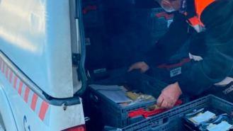 Voluntarios del registro del Ayuntamiento reparten agua y alimentos a los vecinos