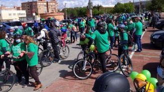 Centenares de personas participan en la marcha sobre ruedas por la escuela pública