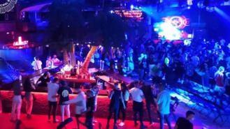 Desalojada La Riviera durante un concierto con público bailaba juntos y muchos sin mascarilla