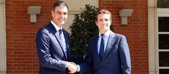 Primera reunión oficial en Moncloa de Sánchez y Casado