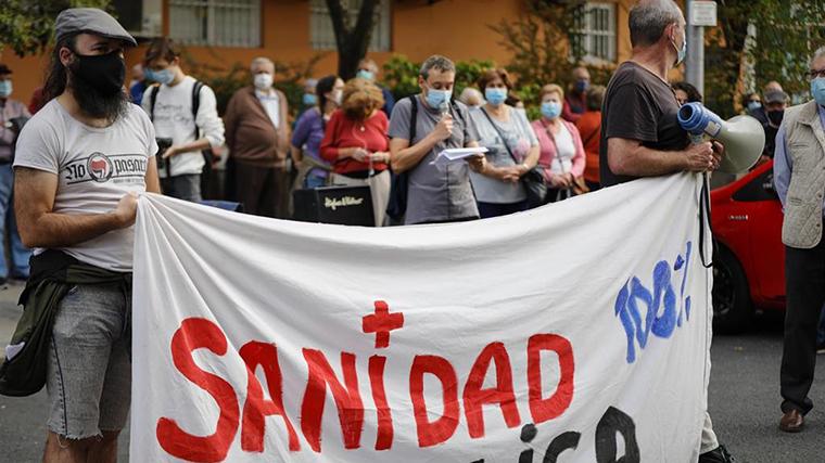 Sanitarios se concentran contra el cierre de 41 centros de salud y piden contratar 600 médicos