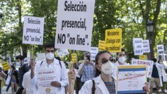 Los médicos se concentran ante Sanidad contra la adjudicación telemática de plazas MIR