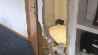 Asaltan la sede del PP tras reventar la puesra blindada de la entrada