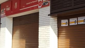 La sede del PSOE amanece con carteles de Franco y 'El Valle de los Caídos no se toca'