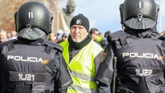 Las cargas policiales contra los taxistas se saldan con un detenido y once heridos