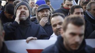 Los taxistas toman Sol al grito de 'guerra, guerra, guerra' y mantienen la huelga