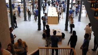 Orden de alejamiento para dos jóvenes por robar móviles en la tienda de Apple en Sol
