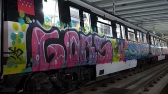 Un grupo de grafiteros pinta 25 m2 de un tren estacionado entre Canal y Cuatro Caminos