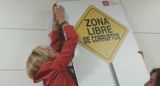 UPyD ignora a Posada y vuelve a colgar el cartel de `Zona libre de corruptos´