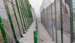 Hospitalizado un subsahariano tras saltar la doble valla de Ceuta