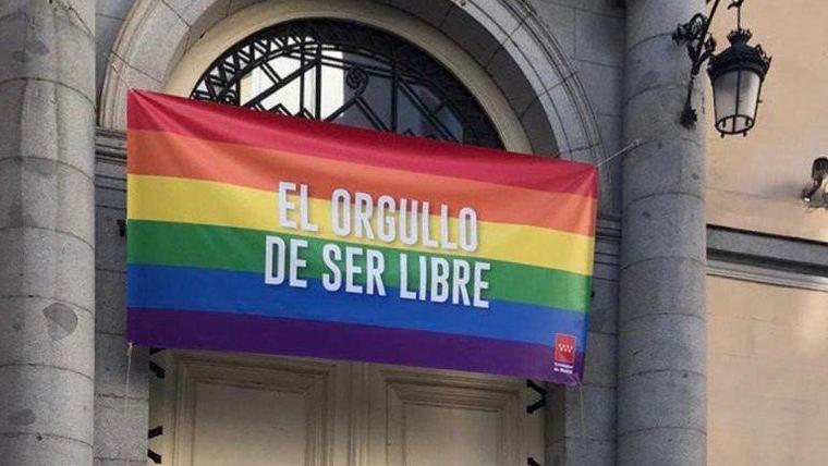 Aguado coloca en la sede de vicepresidencia la bandera LGTB