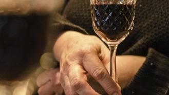Pequeñas dosis de alcohol diaria no perjudica las funciones de los mayores