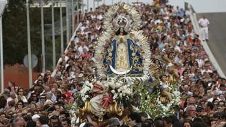 Unas 40.000 personas asisten a la tradicional bajada de la Virgen de los Angeles