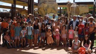Una delegación de la AVT visita el municipio y pasa el día en Aquopolis